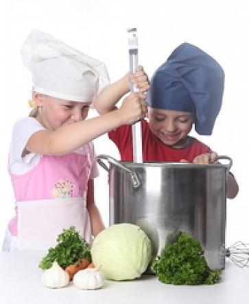 les enfants qui cuisinent des légumes