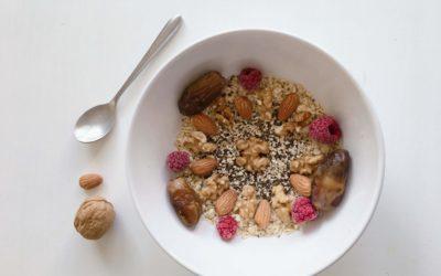 Assiette de porridge avec des noix et des framboises