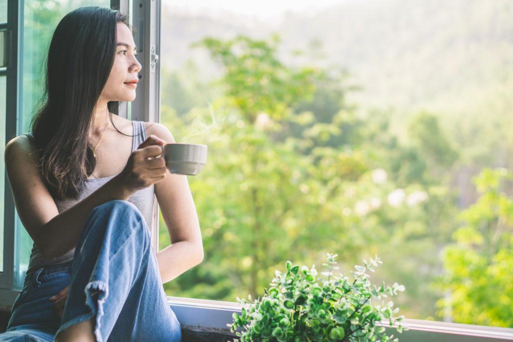 Système immunitaire et coronavirus : Femme devant sa fenêtre